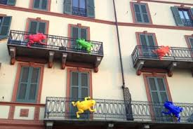 Invasione di rane colorate a Milano